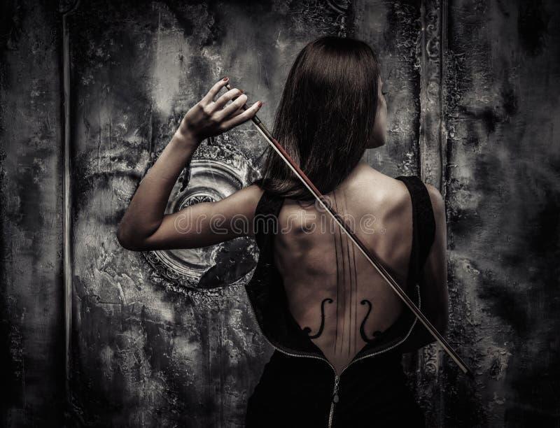 Kobieta z skrzypcową ciało sztuką zdjęcie royalty free