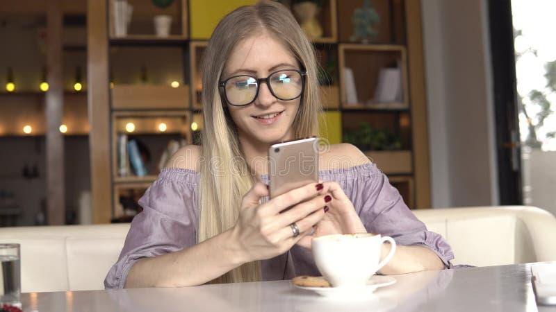 Kobieta z smartphone zdjęcia stock