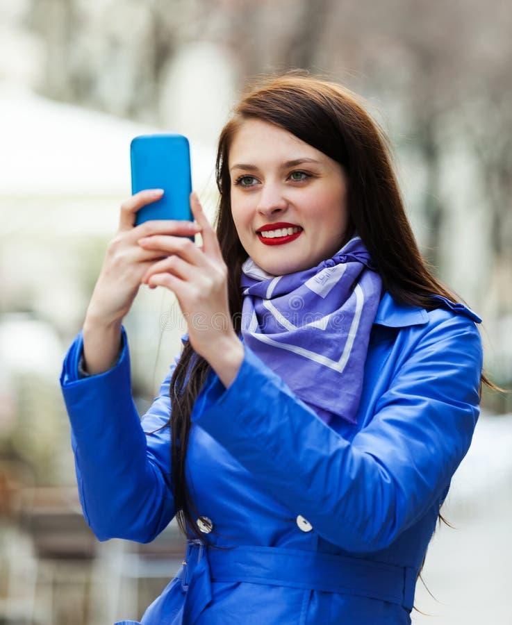Kobieta z smartphone fotografować obraz stock