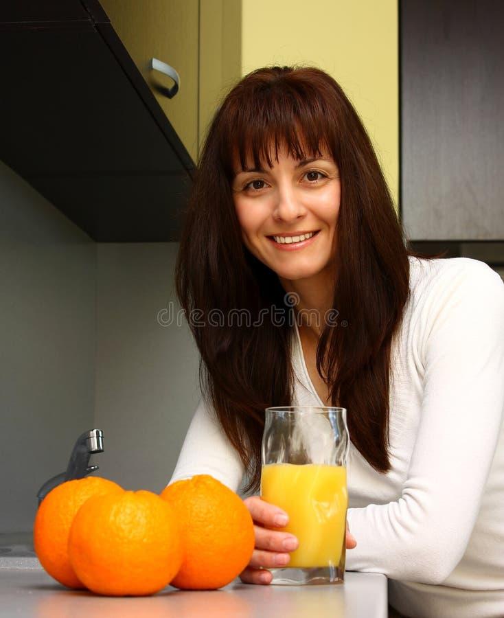 Kobieta z sokiem pomarańczowym obraz royalty free