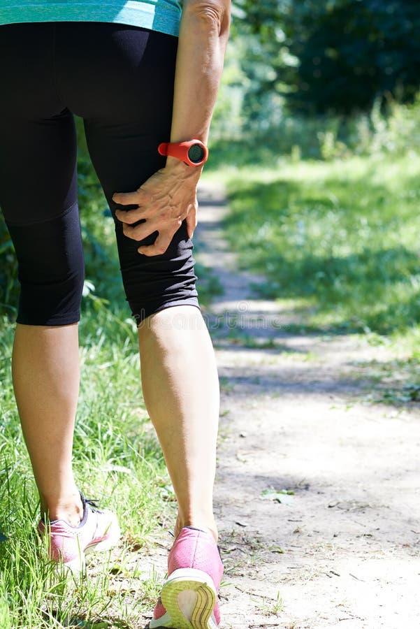 Kobieta Z sporta urazem Podtrzymującym Podczas gdy Jogging zdjęcia royalty free