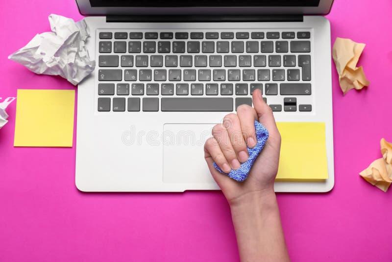 Kobieta z stres plasteliną przy miejsce pracy obrazy stock