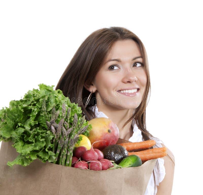 Kobieta z supermarketa torba na zakupy pełno sklep spożywczy owoc i obrazy royalty free