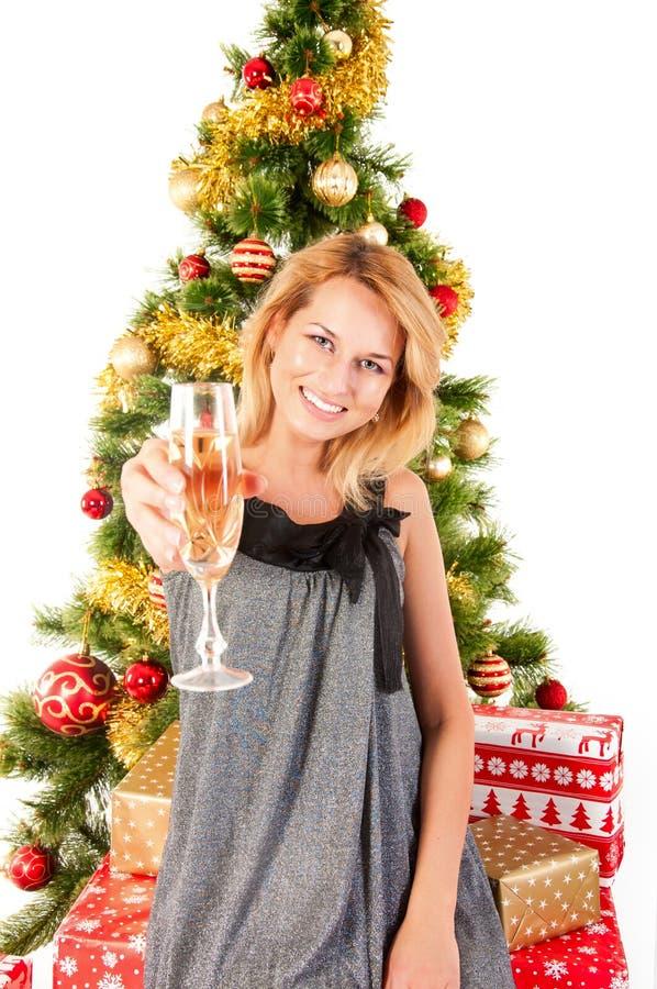 Kobieta z szampanem, choinką i prezentami, zdjęcia stock