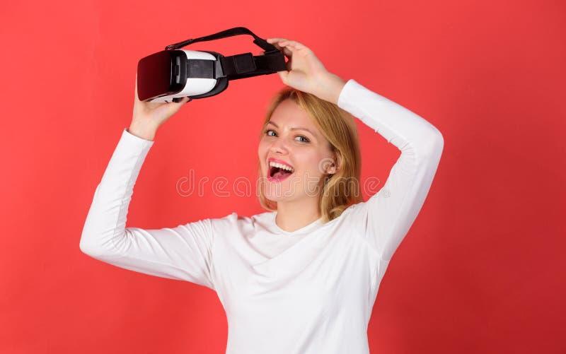 Kobieta z szkłami rzeczywistość wirtualna Osoba w wirtualnych szkłach lata w pokój przestrzeni Zadziwiający młodej kobiety macani zdjęcia royalty free
