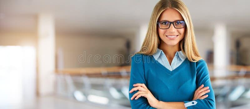 Kobieta z szk?ami w centrum biznesu zdjęcie royalty free