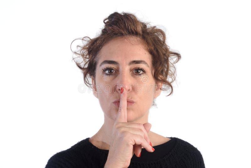 Kobieta z szyldową ciszą na bielu zdjęcia royalty free