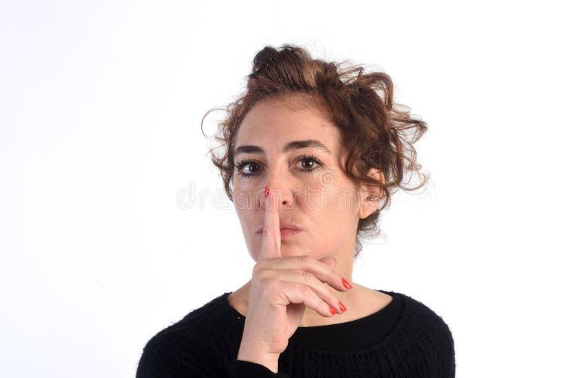 Kobieta z szyldową ciszą na bielu zdjęcia stock
