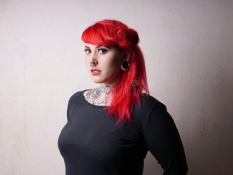 Kobieta z tatuażami i piercings obrazy royalty free