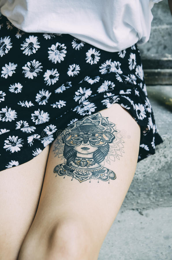 Kobieta z tatuażem na jej nodze obrazy royalty free