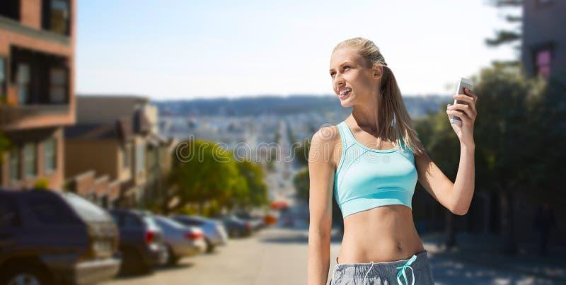 Kobieta z telefonem komórkowym robi sportom w San Francisco obraz royalty free