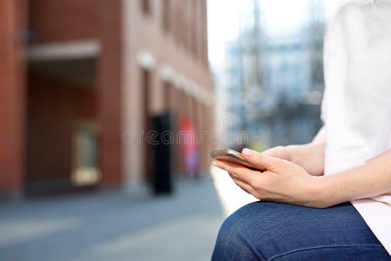 Kobieta z telefonem Pisa? wiadomo?ciach na informatorze na tw?j smartphone zdjęcia royalty free
