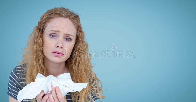 Kobieta z tkankami przeciw błękitnemu tłu obrazy royalty free