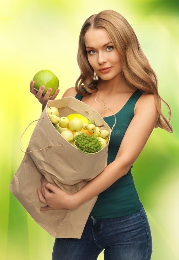 Kobieta z torba na zakupy pełno owoc fotografia stock