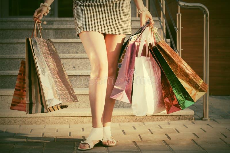 Kobieta z torba na zakupy przeciw centrum handlowemu zdjęcia royalty free