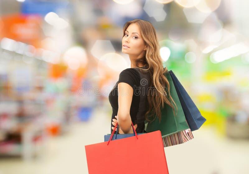 Kobieta z torba na zakupy przy sklepem lub supermarketem zdjęcie stock