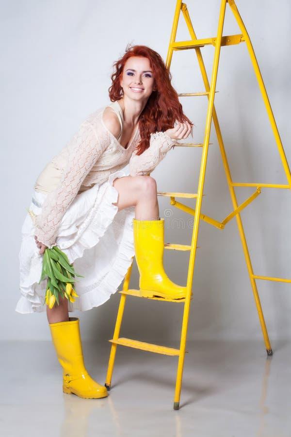 Download Kobieta Z Tulipanowymi Kwiatami Zdjęcie Stock - Obraz złożonej z gumboots, ludzie: 28969912