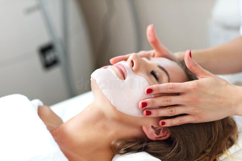 Kobieta z twarzową maską w piękno salonie fotografia stock