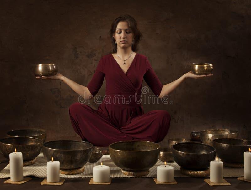 Kobieta z tybetańczyków pucharami w jej rękach zdjęcia stock