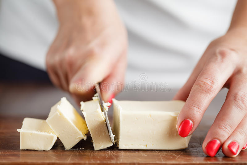 Kobieta z uroczymi rękami robi robić maślanek ciastek usi zdjęcie royalty free