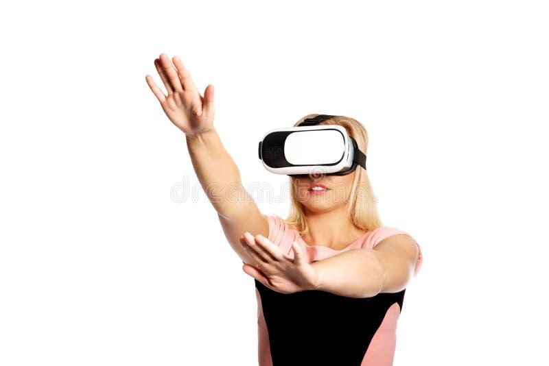Kobieta z VR przyrządem fotografia stock