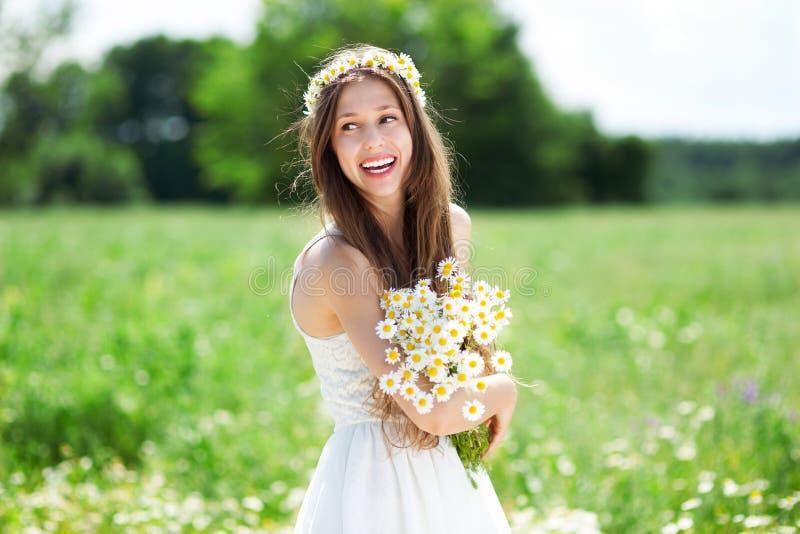 Kobieta z wiązką wildflowers zdjęcie stock