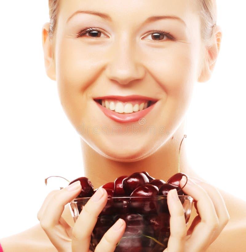 Kobieta z wiśniami zdjęcia stock