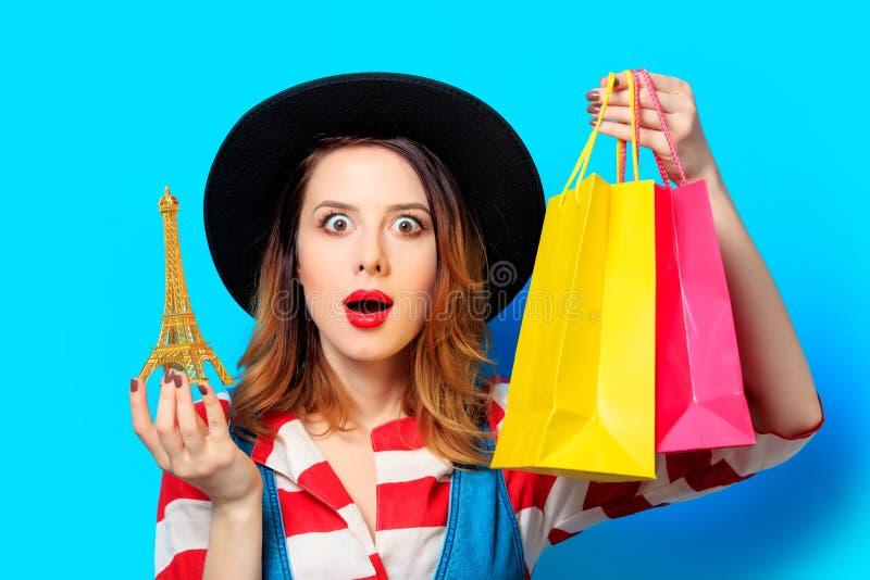 Kobieta z wieżą eifla i torba na zakupy fotografia royalty free