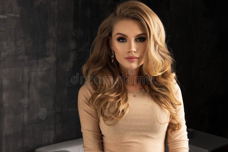 kobieta z wieczór jaskrawym makeup w ciemnym pokoju zdjęcia royalty free