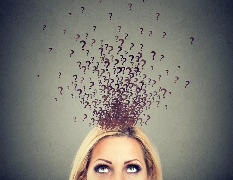 Kobieta z wiele pytaniami i brakiem odpowiedzi zbyt obraz stock