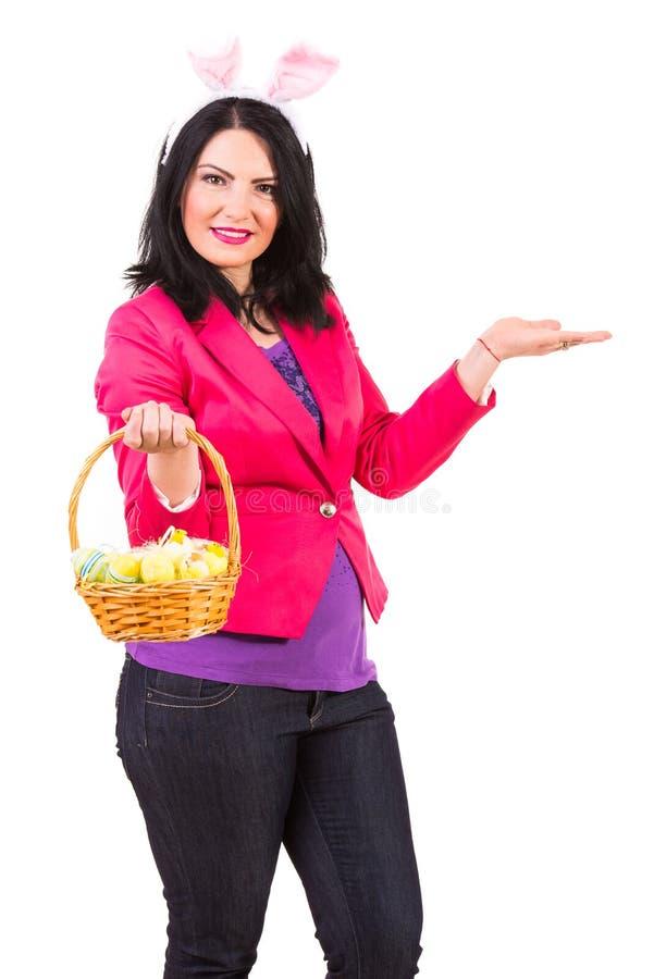 Kobieta z Wielkanocnym kosza powitaniem obrazy royalty free