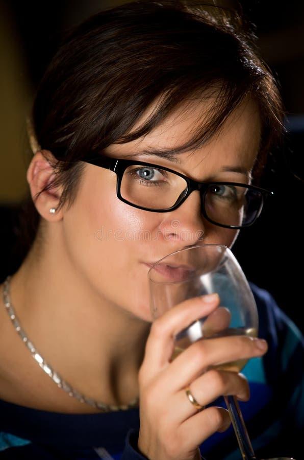 Kobieta z wina szkłem zdjęcie royalty free