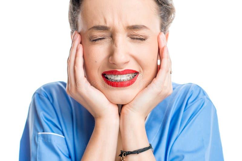 Kobieta z zębów brasami zdjęcia royalty free