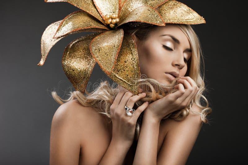 Kobieta z złotym kwiatem zdjęcia stock