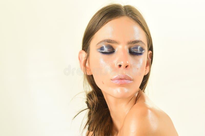 Kobieta z zamkniętymi oczami barwi, tusz do rzęs, makeup, spojrzenie fotografia royalty free