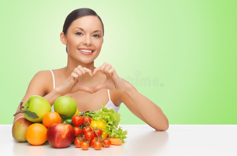 Kobieta z zdrowym karmowym pokazuje kierowym kształta znakiem zdjęcie royalty free