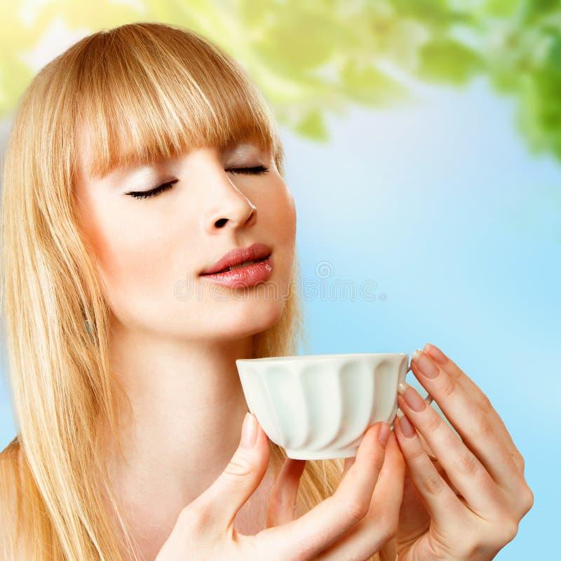 Kobieta z ziołową herbatą zdjęcie royalty free