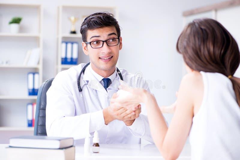 Kobieta z zwierzę domowe królikiem odwiedza weterynarz lekarkę obraz stock