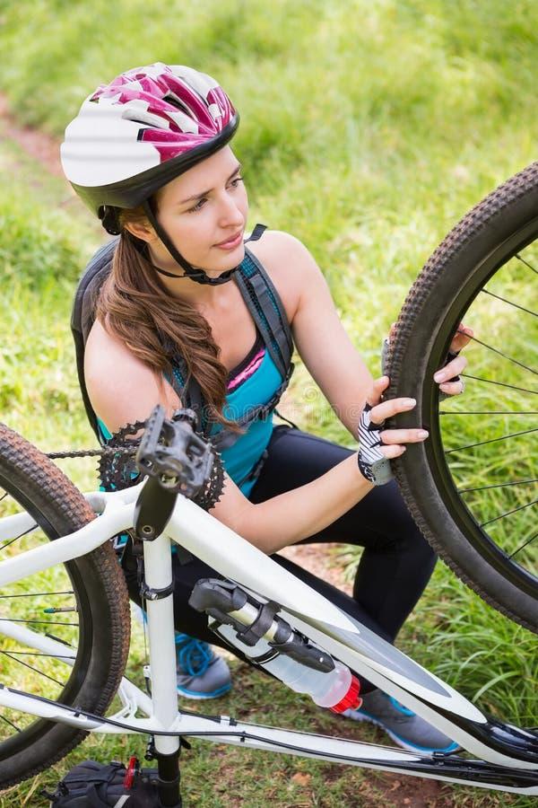 Kobieta załatwia jej rower obraz royalty free