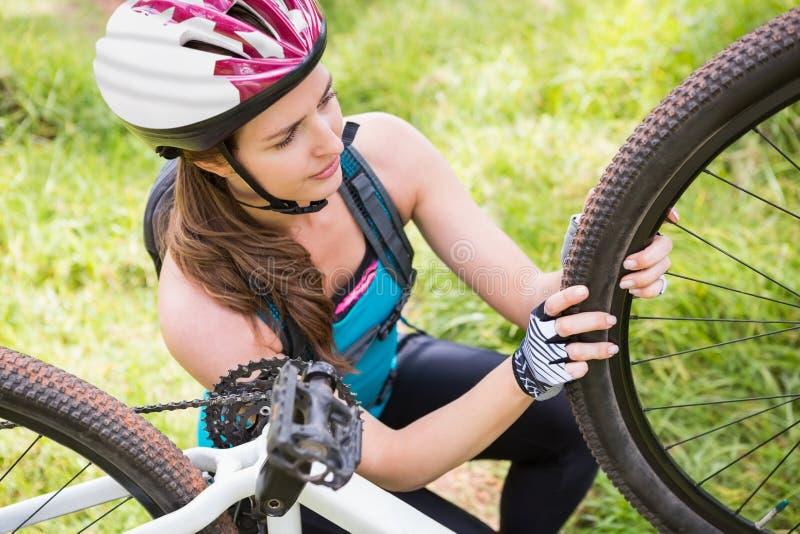 Kobieta załatwia jej rower obrazy royalty free