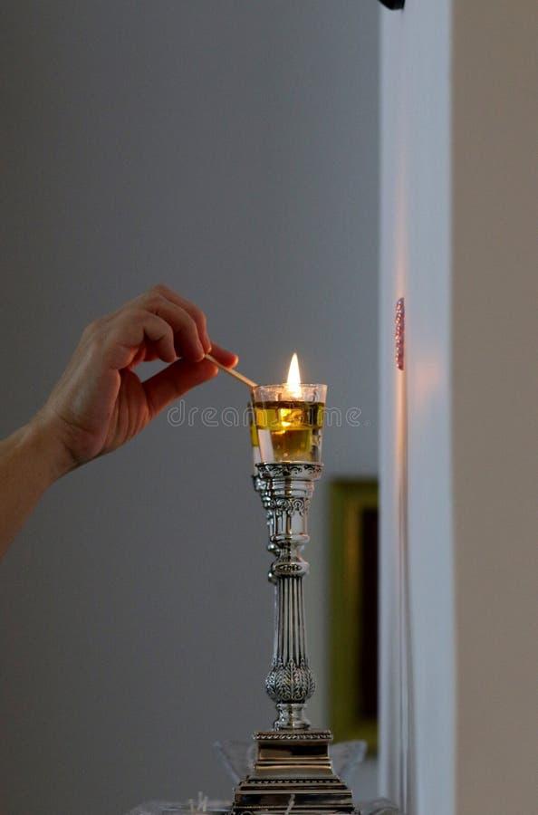Kobieta zaświeca Shabbat świeczki zdjęcie royalty free