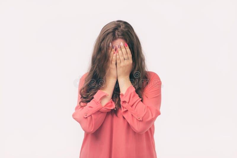 Kobieta zakrywał jej twarz z jej rękami, płacze Obraża na jej chłopaku obraz royalty free