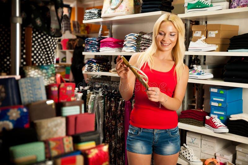 Kobieta zakupy buty w centrum handlowym obraz royalty free