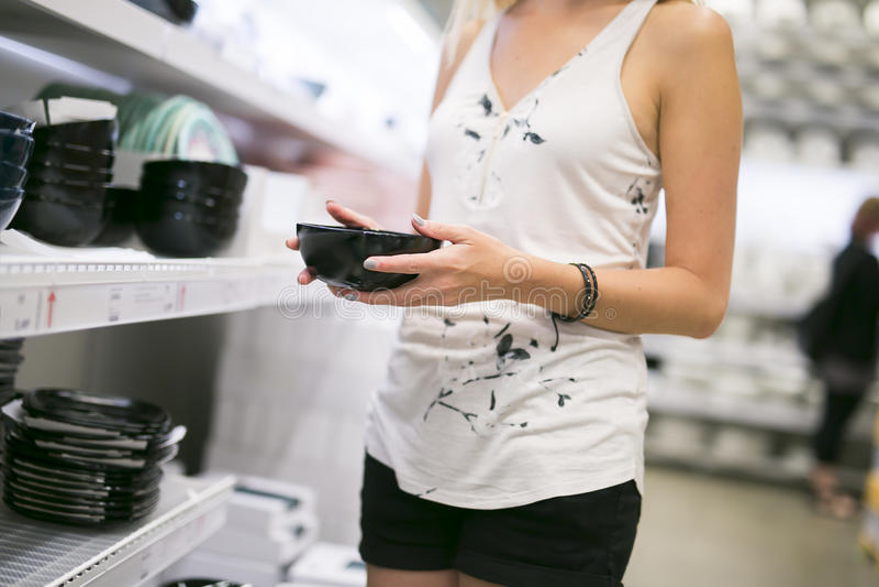 Kobieta zakupy dla meble w meblarskim sklepie fotografia stock