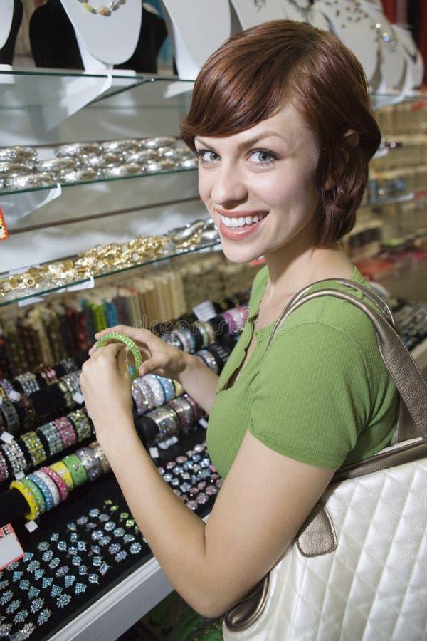 Kobieta zakupy W Jewellery sklepie obraz royalty free