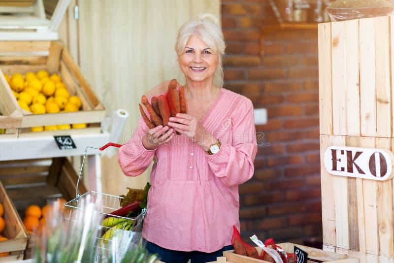 Kobieta zakupy w małym sklepie spożywczym obrazy stock