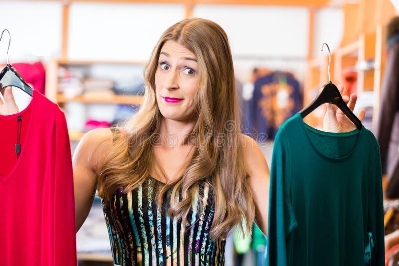 Kobieta zakupy w moda sklepie obraz stock