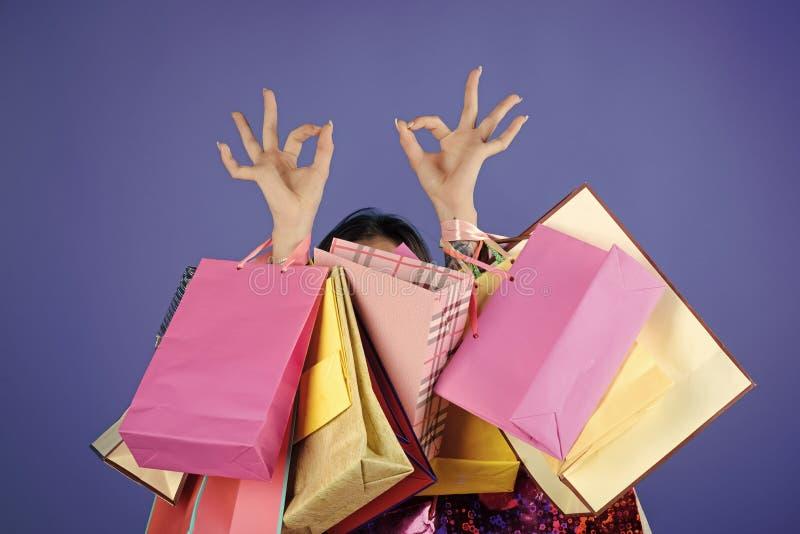 Kobieta zakupy z torba na zakupy i ok ręka podpisujemy obrazy royalty free