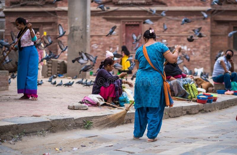 Kobieta zamiata ulicę, Nepal obraz royalty free