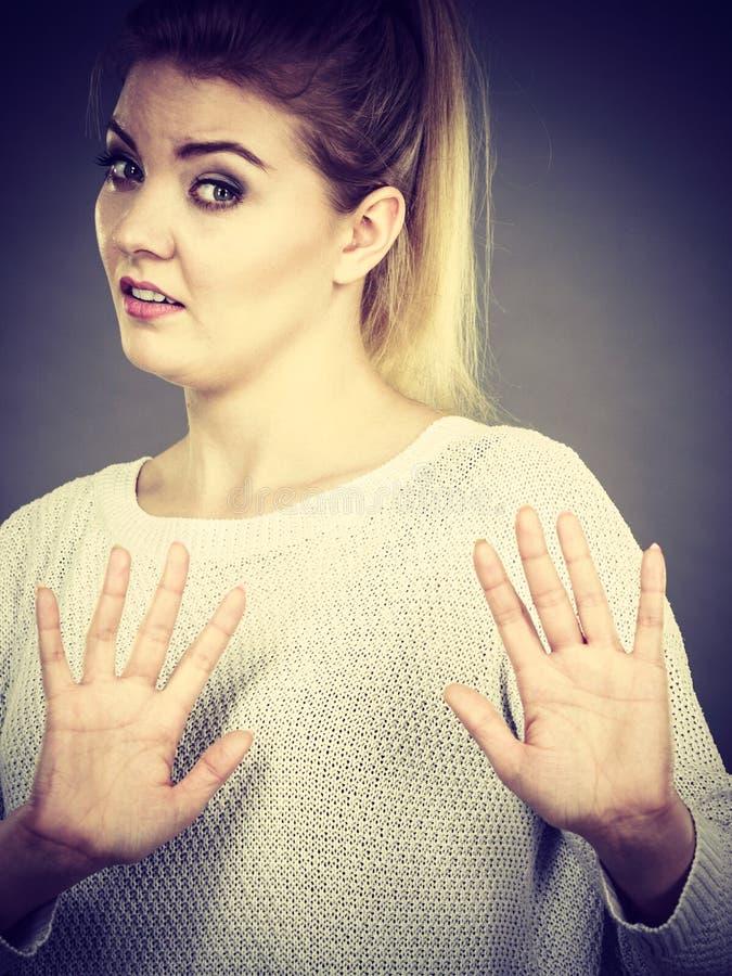 Kobieta zaprzecza coś pokazuje przerwa gest z rękami fotografia stock